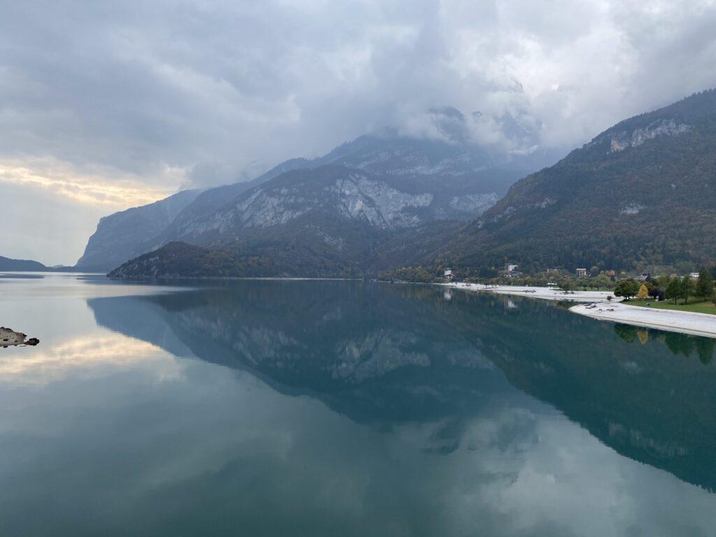 Schweizer Landschaft mit Urban Bulli camping ausblick see berge boot vw bus roadtrip europa