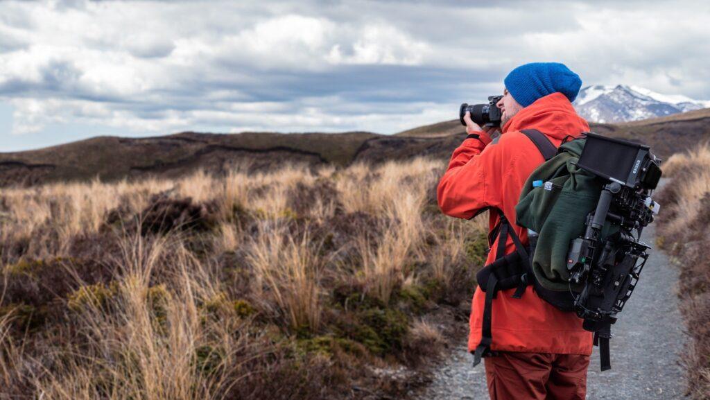 fotografieren nebensaison reisen vw bus urban bulli landschaft gras berge rote jacke fotoausrüstung camping wandern ab stuttgart
